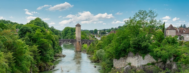 Middeleeuwse brug over de rivier gave de pau in orthez frankrijk