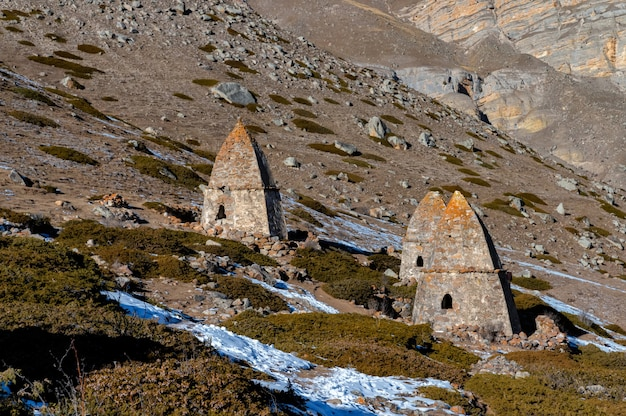 Middeleeuwse graven in city of dead nabij eltyulbyu, kabardië-balkarië, rusland