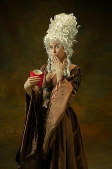 Middeleeuwse jonge vrouw in ouderwets kostuum