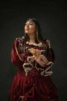 Middeleeuwse jonge vrouw in ouderwets kostuum Premium Foto