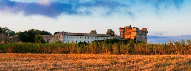 Middeleeuwse kastelen van italië - castello di santa severa op het strand tijdens zonsopgang.