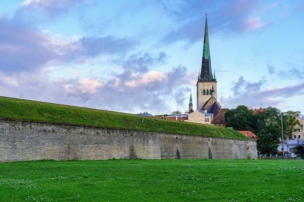 Middeleeuwse kathedraalkerk naast steenmuur in tallinn, estland.