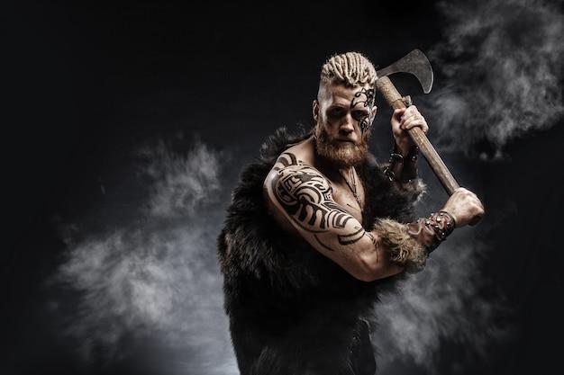 Middeleeuwse krijger viking met tatoeage en bijl