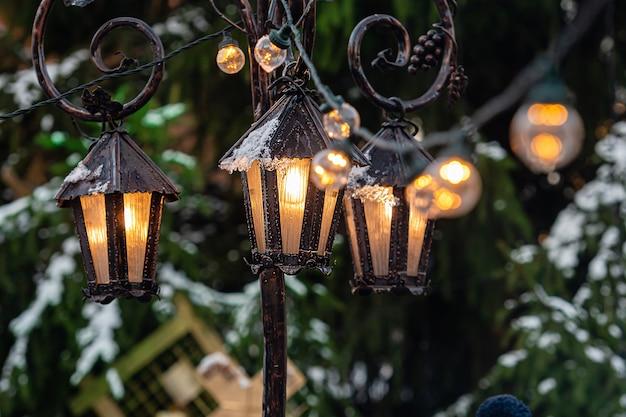 Middeleeuwse lantaarns met vuren takken op kerstmarkt. riga, letland