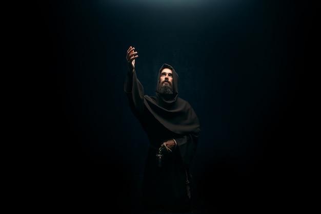 Middeleeuwse monnik die knielt en bidt, religie