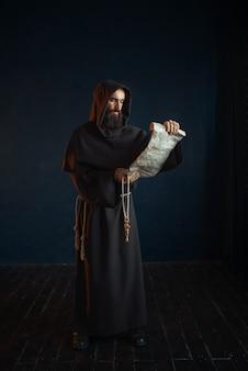 Middeleeuwse monnik leest een gebed in oud manuscript