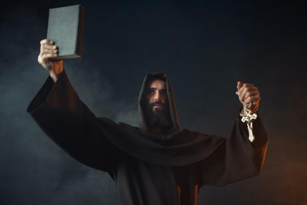Middeleeuwse monnik staat in brand met boek in handen