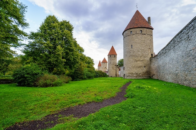 Middeleeuwse muur met hoge stenen torens en rode daken in tallinn, estland.