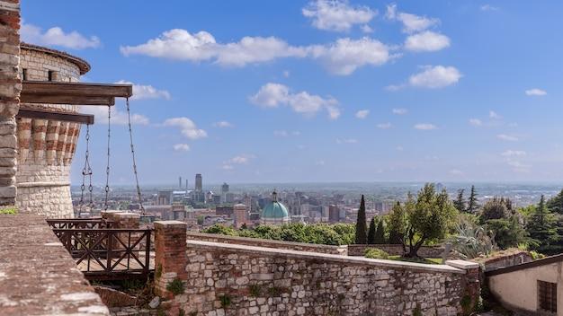 Middeleeuwse ophaalbrug bij de ingang van het kasteel en uitzicht op het stadscentrum van brescia