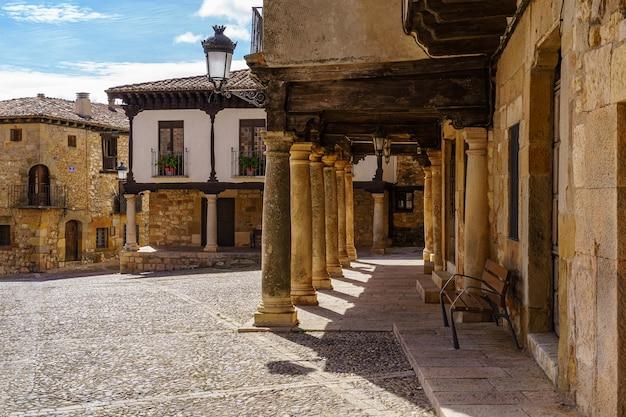 Middeleeuwse oude stad met stenen huizen, oude deuren en ramen, geplaveide straatjes en pittoreske sfeer. atienza, guadalajara, spanje.