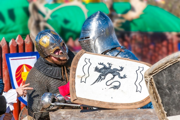 Middeleeuwse ridders praten.