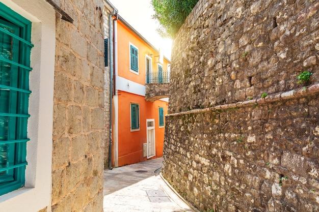 Middeleeuwse smal straatje in de oude binnenstad van herceg novi, montenegro.