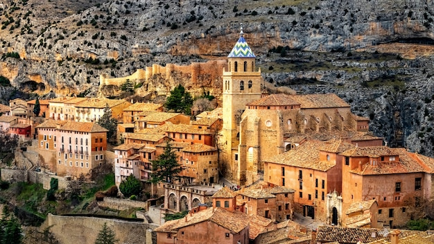 Middeleeuwse stad albarracn in spanje, stenen huizen, muren, kerken en smalle straatjes.