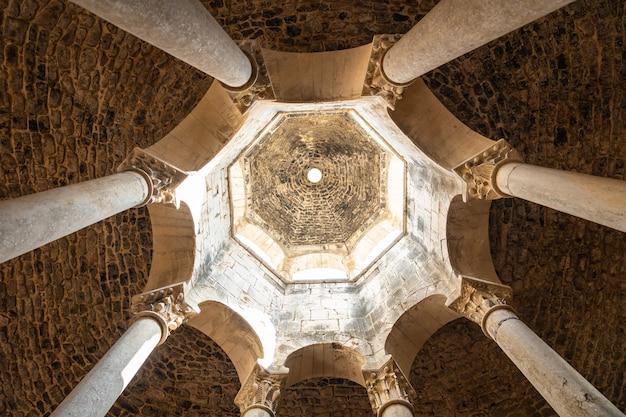 Middeleeuwse stad girona, banys arabs of arabische baden van binnenuit zonder mensen, catalonië's costa brava in de middellandse zee. spanje, panoramische foto