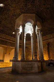 Middeleeuwse stad girona, banys arabs of arabische baden van binnenuit zonder mensen, catalonië's costa brava in de middellandse zee. spanje, verticale foto