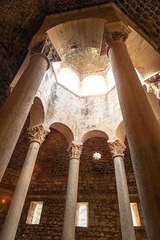 Middeleeuwse stad girona, banys arabs of arabische baden van binnenuit zonder mensen, catalonië's costa brava in de middellandse zee. spanje