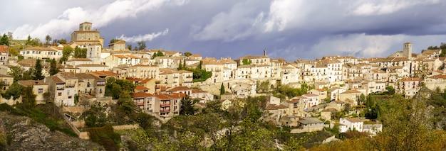 Middeleeuwse stad sepulveda in spanje, gelegen op de top van een heuvel. europa.