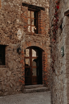 Middeleeuwse stad, steegjes, deuren, ramen,