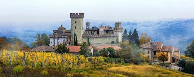Middeleeuwse steden en kastelen van italië -vigoleno met wijngaarden in emilia-romagna