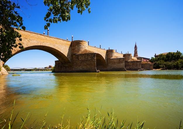 Middeleeuwse stenen brug over de rivier de ebro in zaragoza