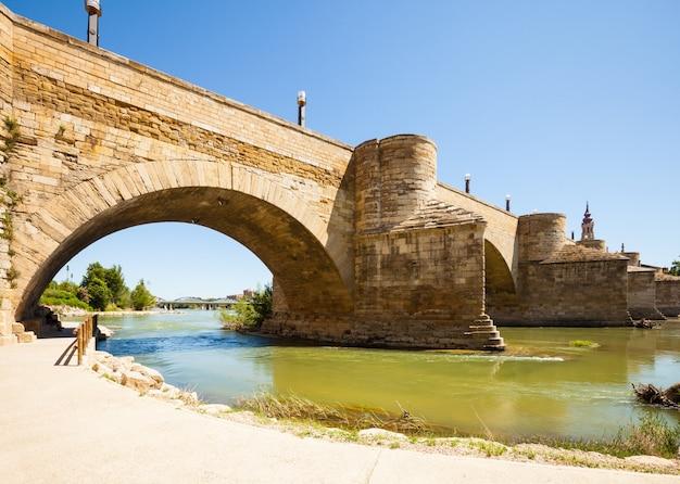Middeleeuwse stenen brug over ebro in zaragoza