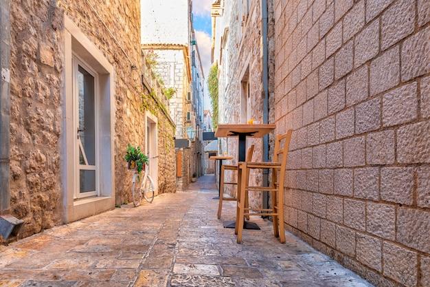 Middeleeuwse straat in de oude binnenstad van budva, montenegro, geen mensen.