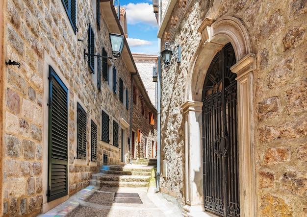 Middeleeuwse straat in de oude binnenstad van herceg novi, montenegro, geen mensen.