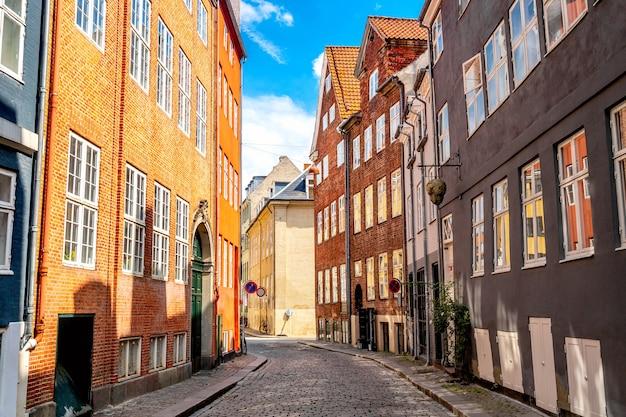 Middeleeuwse straat van kopenhagen, denemarken.