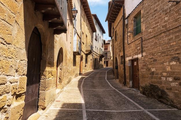 Middeleeuwse straten van het oude dorp van uncastillo in aragon regio, spanje.