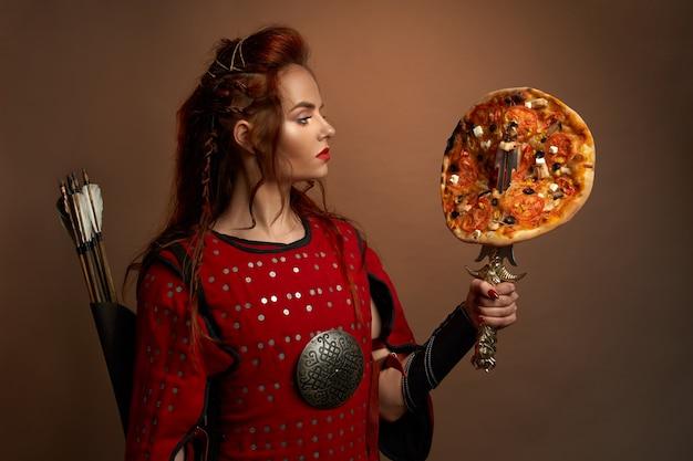 Middeleeuwse vrouwelijke krijger en pizza.