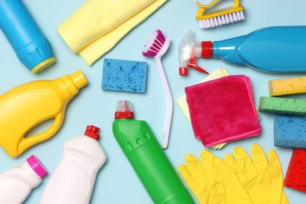 Middelen voor reiniging en desinfectie close-up op een gekleurde achtergrond