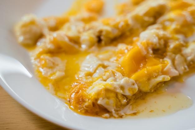 Middelgroot gekookt omelet op de witte plaat