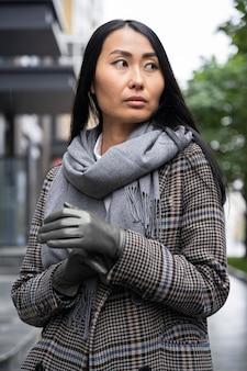 Middelgroot geschoten aziatisch model dat handschoenen draagt