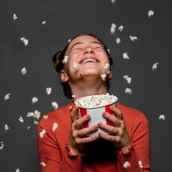 Middelgroot geschoten gelukkig jong geitje dat popcorn houdt Gratis Foto