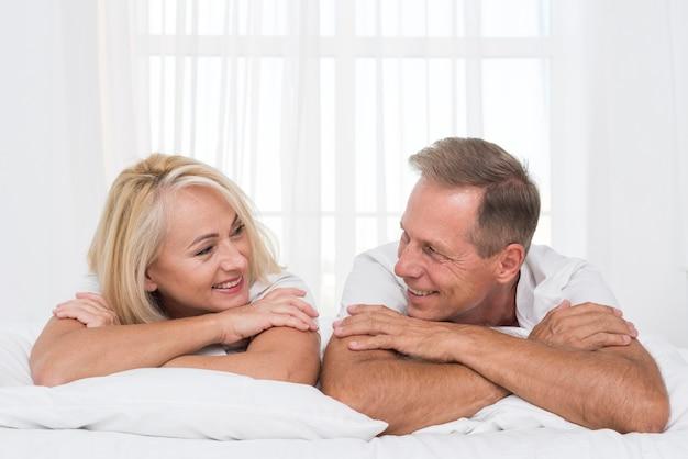 Middelgroot geschoten gelukkig paar dat elkaar bekijkt