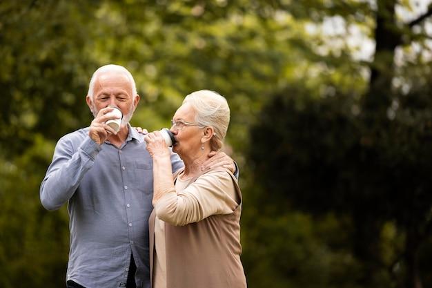 Middelgroot geschoten gelukkig paar dat koffie drinkt