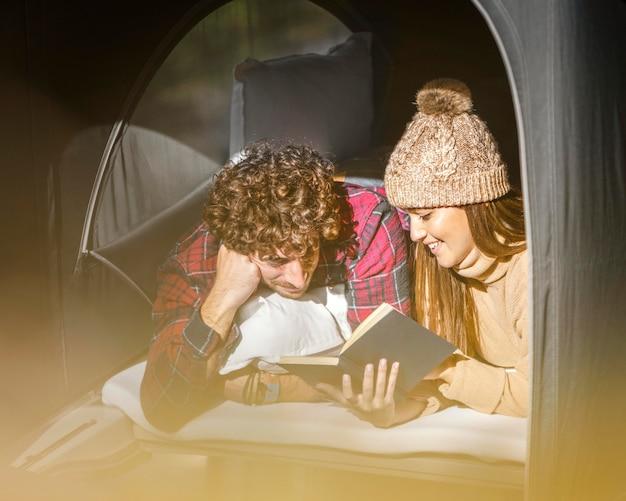 Middelgroot geschoten gelukkig paar dat samen leest