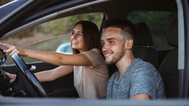 Middelgroot geschoten gelukkig paar in auto