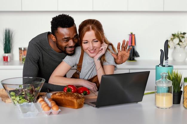 Middelgroot geschoten gelukkig paar met laptop