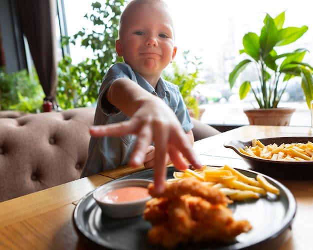 Middelgroot geschoten kind dat eten eet