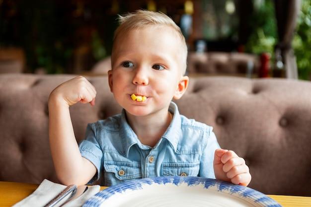 Middelgroot geschoten kind dat fastfood eet