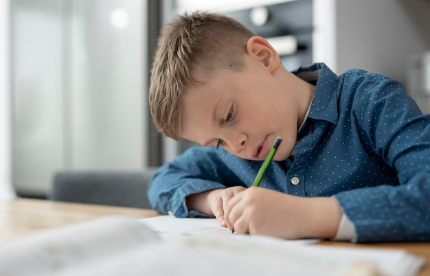 Middelgroot geschoten kind dat huiswerk maakt