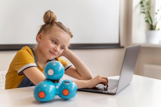 Middelgroot geschoten meisje met laptop