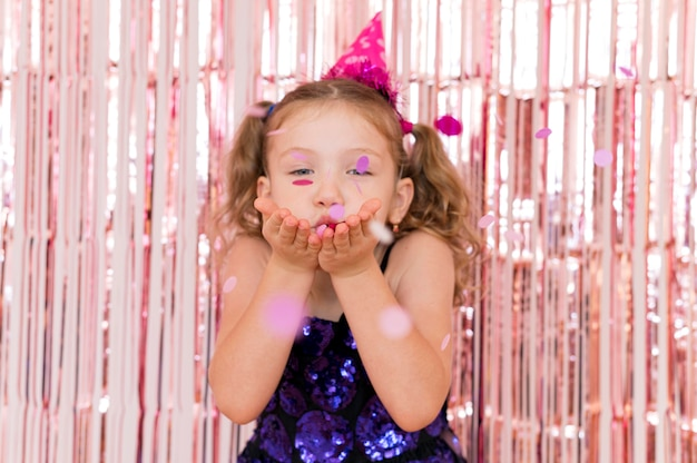 Middelgroot geschoten meisje met roze hoed