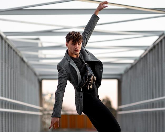 Middelgroot geschoten niet-binaire persoon in moderne kleding die op een artistieke manier poseert