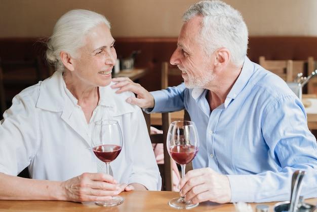 Middelgroot geschoten paar dat samen van tijd geniet