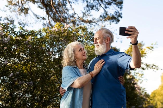 Middelgroot geschoten paar dat selfie neemt