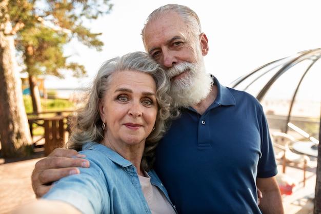 Middelgroot geschoten paar dat selfie neemt Gratis Foto