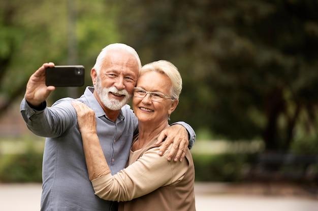 Middelgroot geschoten stel dat selfie neemt
