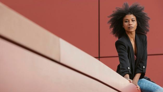 Middelgroot geschoten zwart vrouwenportret